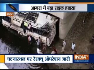 Xe buýt tông vào dải phân cách rồi lao xuống sông, ít nhất 29 người thiệt mạng