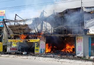 Cháy lớn cơ sở sàn gỗ ở TP. Long Xuyên, thiệt hại hàng tỷ đồng