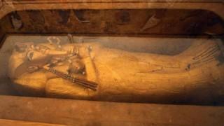 Lớp mạ vàng trên quan tài Vua Tutankhamen xuất hiện những vết nứt