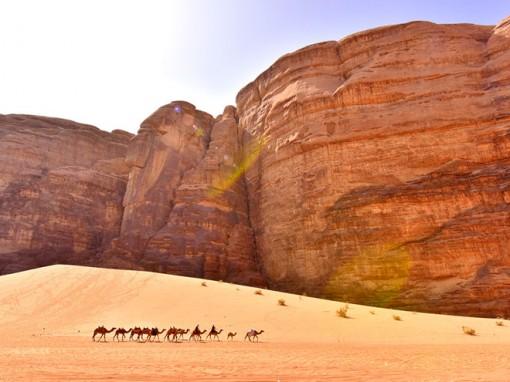 Trải mình ngắm cảnh sắc siêu thực giữa gió và cát nóng ở sa mạc Wadi Rum