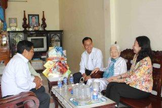 Bí  thư Tỉnh ủy Võ Thị Ánh Xuân thăm gia đình chính sách và các hộ bị sập nhà ở Tân Châu