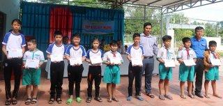 Thăm gia đình chính sách và tặng quà cho học sinh nghèo