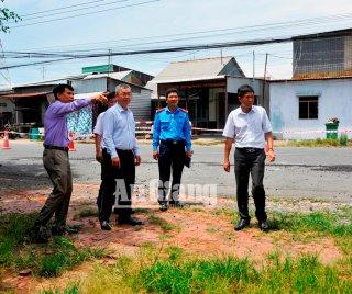 Phó Chủ tịch UBND tỉnh Trần Anh Thư khảo sát tình hình sạt lở trên tuyến QL91