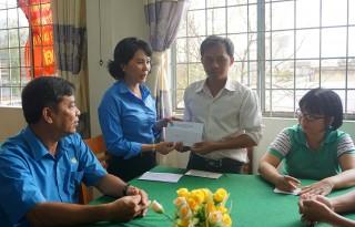 Liên đoàn Lao động tỉnh hỗ trợ cho đoàn viên thiệt hại do giông lốc