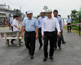 Thứ trưởng Bộ Giao thông - Vận tải Nguyễn Nhật khảo sát tình hình sạt lở tuyến QL.91