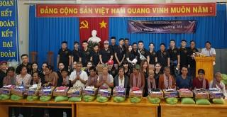 Tặng quà, hớt tóc cho cho đồng bào Khmer