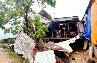 Mưa kèm theo lốc xoáy làm tan tác xóm nghèo vùng biên giới An Phú
