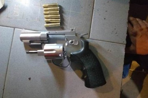 Bắt 3 đối tượng tàng trữ ma tuý cùng 2 khẩu súng