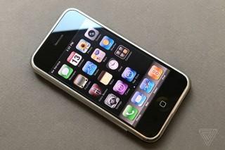 """iPhone: Từ chỗ được thổi phồng là """"điện thoại của Chúa trời"""" tới nguy cơ có thể bị """"ruồng bỏ"""""""