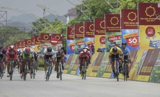 Giải xe đạp quốc tế VTV Cúp: Ép xe phạm luật, tay đua Hàn Quốc mất áo vàng lẫn áo xanh