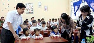 """Bí thư Tỉnh ủy Võ Thị Ánh Xuân trao học bổng """"Tiếp bước đến trường"""" cho học sinh nghèo và học sinh người dân tộc thiểu số Khmer"""