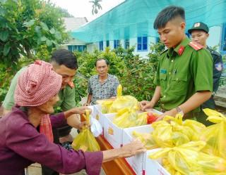 Khám bệnh, cấp thuốc miễn phí và tặng quà cho 400 người nghèo xã Phú An