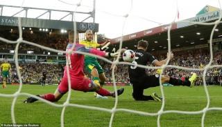 """Giới chuyên gia bóng đá Anh """"mổ xẻ"""" nguyên nhân Man City thua Norwich"""