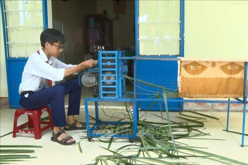 Học sinh lớp 9 chế tạo máy chuốt lá dừa