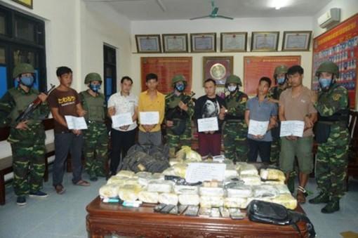 Bắt nhóm người Lào vận chuyển 30 bánh heroin, thu giữ 2 khẩu súng