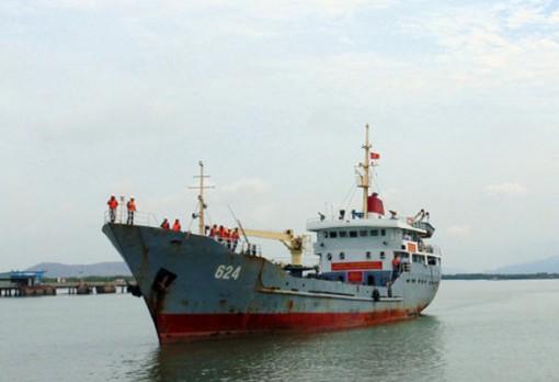 Sóng gió đánh chìm tàu cá ở Trường Sa, 12 ngư dân được hải quân cứu nạn