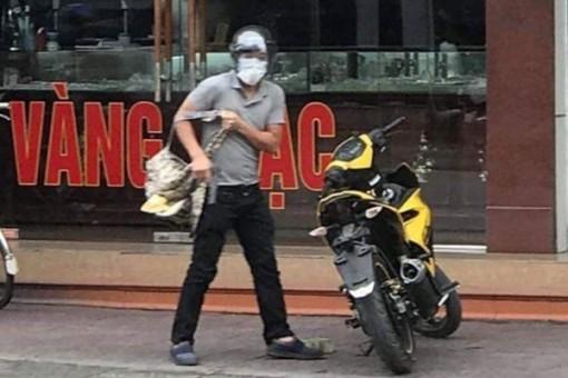 Kẻ bịt mặt ở Quảng Ninh mang súng vào tiệm vàng cướp cả ba lô tiền