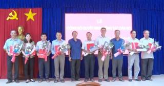 Ban Thường vụ Huyện ủy Phú Tân trao quyết định công tác cán bộ