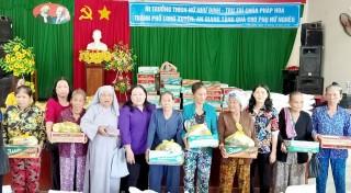 Trao 100 phần quà cho phụ nữ nghèo xã Phú Hữu