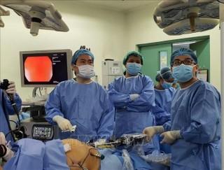 Bác sĩ Việt Nam hướng dẫn thành công ca phẫu thuật rô bốt tại Philippines
