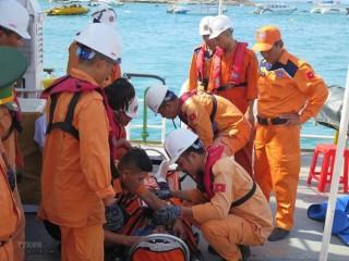 Cấp cứu kịp thời hai ngư dân bị thương nặng, mất nhiều máu