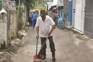 Người đàn ông khuyết tật nhặt rác mỗi ngày