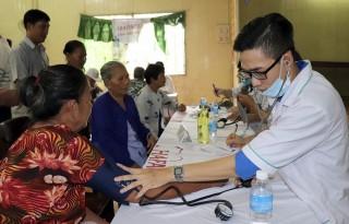 Khám bệnh, cấp thuốc miễn phí cho 500 người dân xã Phú Thành