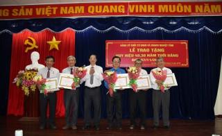 Đảng ủy Khối Cơ quan và Doanh nghiệp trao Huy hiệu Đảng cho 15 đảng viên