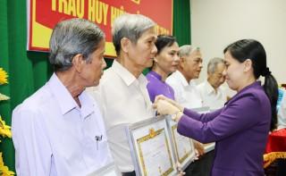 Huyện ủy Châu Thành trao tặng Huy hiệu Đảng đợt 7-11