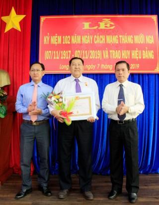 """TP. Long Xuyên: Trao Huy hiệu Đảng và Huy hiệu """"Vì sự nghiệp xây dựng và phát triển tỉnh An Giang"""""""