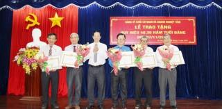 Trao Huy hiệu Đảng cho đảng viên