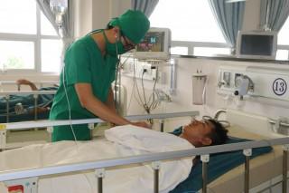 Bảo vệ Bệnh viện Tim mạch An Giang bị thanh niên lạ mặt đâm trọng thương