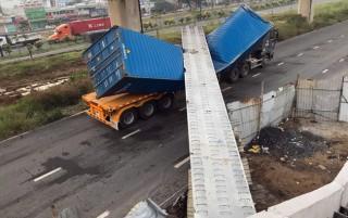 Xe container đâm sập cầu bộ hành trên xa lộ Hà Nội