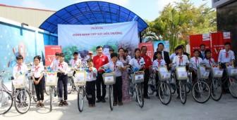 Prudential Việt Nam trao 20 xe đạp cho học sinh nghèo