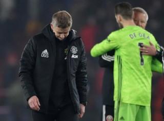Manchester United đánh rơi chiến thắng trước đối thủ mới lên hạng