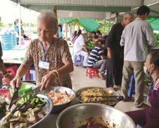 Ấm lòng với những bữa cơm từ thiện