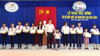 Trao 240 suất Học bổng Xổ số kiến thiết cho học sinh huyện Phú Tân