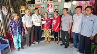 Trao tiền hỗ trợ của bạn đọc cho gia đình em Hà Thị Xuân Mai