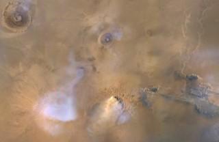 """Bí ẩn những """"ngọn tháp ma"""" cao hàng chục dặm trên Sao Hỏa"""
