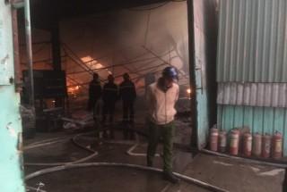 Công ty gỗ ở Bình Dương bị cháy rụi lúc rạng sáng