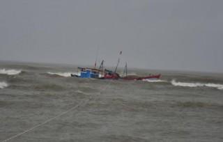Sóng lớn đánh chìm tàu, 2 ngư dân Phú Yên mất tích
