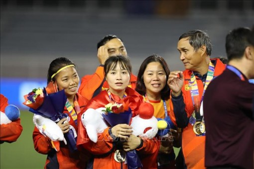 Đội bóng đá nữ được đổi lịch bay để xem trận chung kết của U22 Việt Nam
