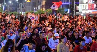 Hàng ngàn người dân Long Xuyên vỡ hòa với chiếc huy chương vàng môn bóng đá nam SEA Games 30