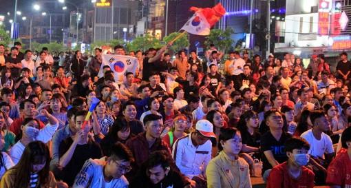 Hàng ngàn người dân Long Xuyên vỡ òa với chiếc huy chương vàng môn bóng đá nam SEA Games 30