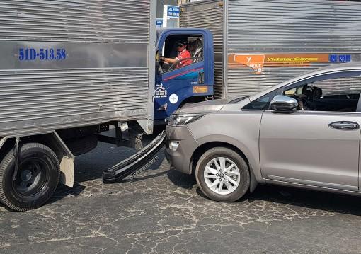 Ôtô đâm đít xe tải ở đèn Bốn Ngọn