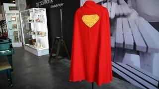 Áo choàng của Superman có giá gần 200.000 USD