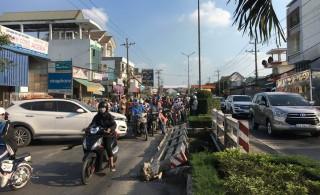 Một học sinh đi bộ qua đường bị ôtô cán tử vong
