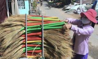Làng bó chổi Cồn Nhỏ nhộn nhịp sản xuất mùa Tết