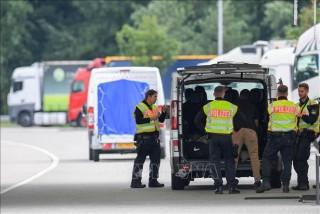 Giải cứu 11 người nhập cư đã có biểu hiện khó thở trong xe đông lạnh