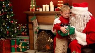 Khoa học chứng minh trẻ em ngoan hơn khi bố mẹ nói về danh sách bé hư của ông già Noel
